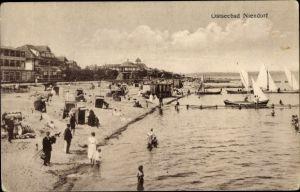 Ak Groß Niendorf in Schleswig Holstein, Strand mit Segelbooten und Badegästen