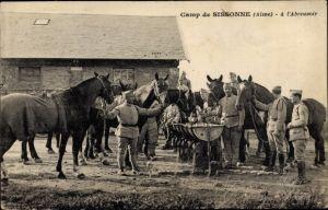 Ak Sissonne Aisne, Camp, à l'abreuvoir, Soldaten mit ihren Pferden an der Tränke