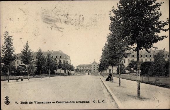 Ak Vincennes Paris, Caserne des Dragons, Straßenpartie bei der Kaserne