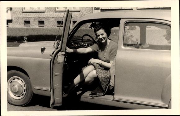Foto Ak Frau in einem Automobil, Mercedes