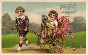 Präge Ak Glückwunsch Neujahr, Junge zieht Mädchen in Rikscha, Blumen, Rosen, Veilchen