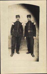 Foto Ak Zwei französische Soldaten in Uniformen, Epauletten