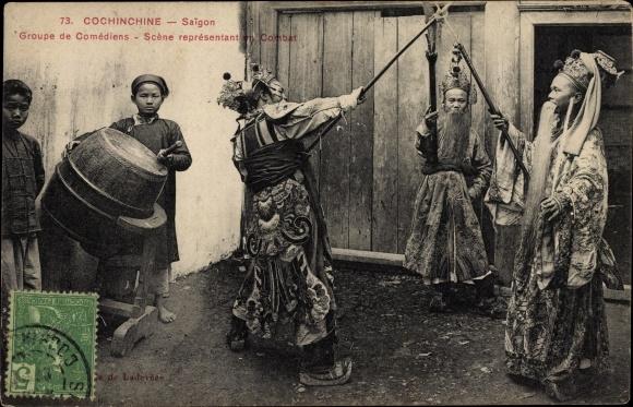 Ak Saigon Cochinchine Vietnam, Groupe de Comédiens, Scène représentant en Combat