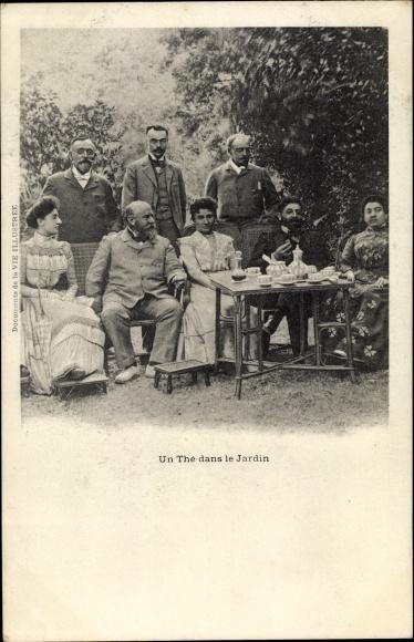 Ak Un Thé dans le Jardin, Teegesellschaft, gedeckter Tisch, Famille Humbert