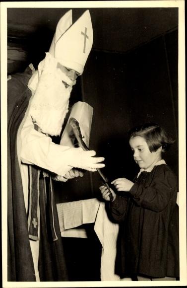 Foto Ak Frohe Weihnachten, Nikolaus, Weihnachtsmann, Kind