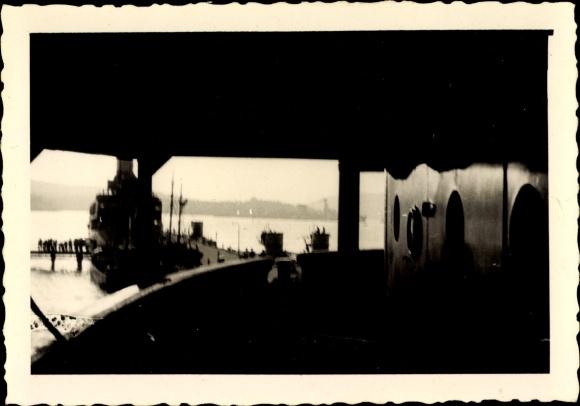 Foto Deutsches Kriegsschiff, Seeleute auf dem Steg, Blick von einem Schiff