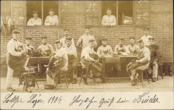 Foto Ak Deutsche Soldaten in Uniformen, Soldaten beim Stiefelreinigen