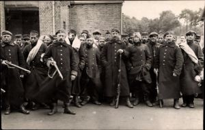 Foto Ak Deutsche Soldaten in Uniformen, Gruppenporträt mit Kriegsverletzten, Kriegsgefangene