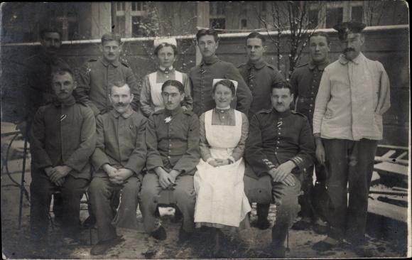 Foto Ak Dt. Soldaten, Kriegsinvaliden, Krankenschwestern, Gruppenbild