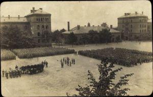 Foto Ak Soldaten in Uniformen auf einem Platz, Kaserne