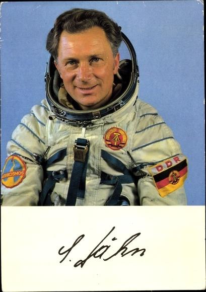 Ak Kosmonaut Sigmund Jähn, Portrait, Raumanzug, NVA Oberstleutnant