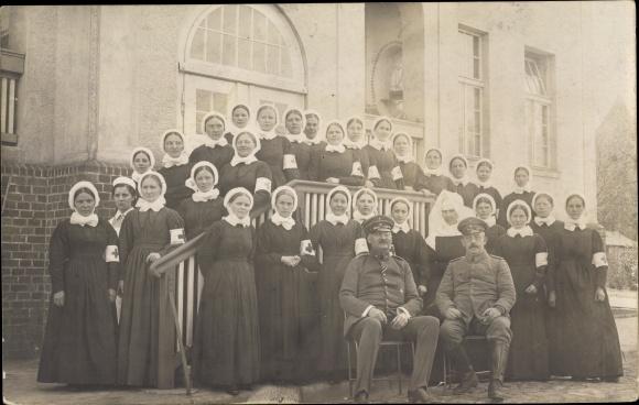 Foto Ak Krankenschwestern, Deutsche Soldaten in Uniformen, Deutsches Rotes Kreuz
