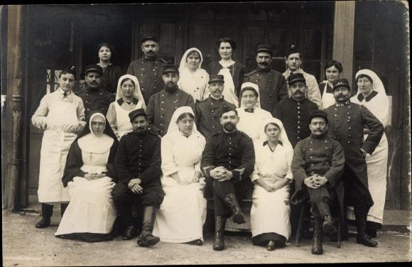 Foto Ak Krankenschwestern, Deutsche Soldaten in Uniformen, Sanitäter