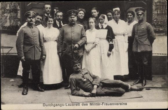 Ak Durchgangs Lazarett des Militär Frauenvereins, Krankenschwestern, Militärärzte