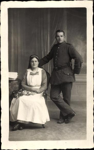 Foto Ak Deutscher Soldat in Uniform, Krankenschwester