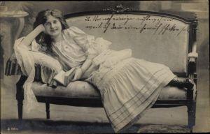 Ak Portrait einer Frau auf einem Sofa liegend