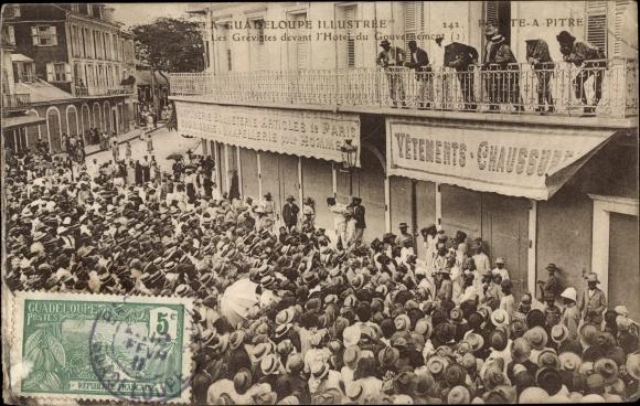 Ak Ponte a Pitre, Les Grevistes devant l'Hotel du Gouvernément