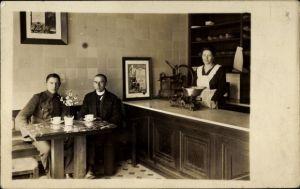 Foto Ak Waage im Gasthaus, Soldat als Gast