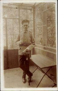 Foto Ak Dt. Soldat, Portrait, Uniform, Zigarre, Degen