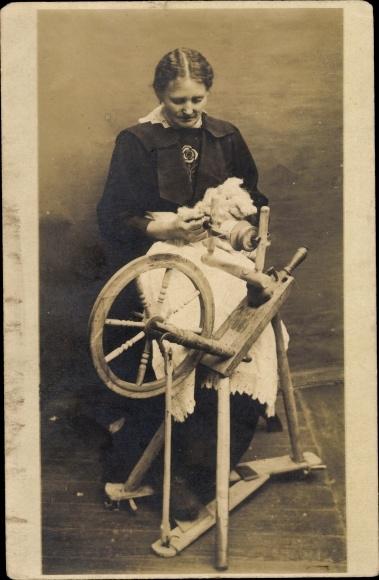 Foto Ak Spinnerin mit Spinnrad, Portrait