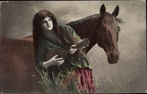 Ak Junge Frau mit Laute, Pferd
