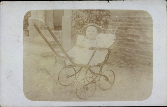 Foto Ak Kind in einem Kinderwagen, Portrait