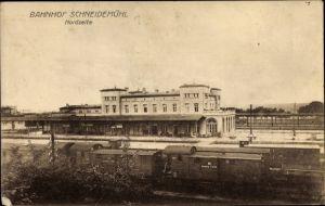 Ak Piła Schneidemühl Posen, Bahnhof, Nordseite, Güterwaggons