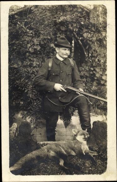 Foto Ak Mann mit Gewehr, erlegter Fuchs, Jäger