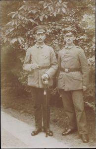 Foto Ak Zwei Soldaten in Uniformen, Säbel