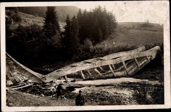 Foto Ak Gesprengte Brücke, Flusspartie, Deutsche Soldaten