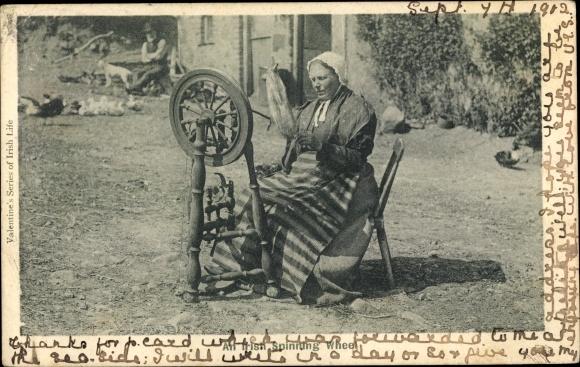 Ak Irland, Frau am Spinnrad, Irish Spinning Wheel