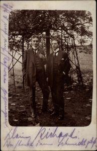 Foto Ak Zwei junge Männer in Anzügen, Portrait