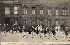 Ak Berlin, Abbringen der Fahnen, der Kaiser an der Spitze der Fahnenkompanie
