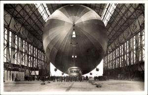 Ak Friedrichshafen am Bodensee, Luftschiff Graf Zeppelin, LZ 127, Einbringen in die Halle