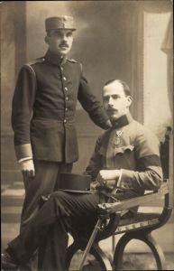 Foto Ak Zwei Kuk Soldaten in Uniformen, Orden, Mützen
