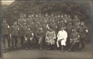Foto Ak Deutsche Soldaten in Uniformen, Sanitäter, Militärärzte, I. WK
