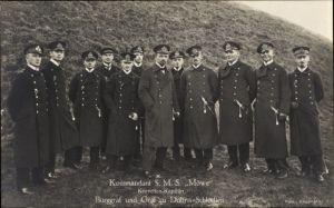 Ak Korvettenkapitän Graf zu Dohna Schlodien, Kommandant der SMS Möwe, Portrait mit Mannschaft