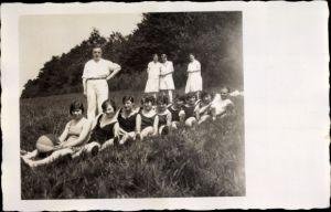 Foto Ak Overath im Rheinisch Bergischen Kreis, Damenturngruppe auf einer Wiese