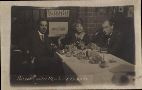 Foto Ak Hamburg, Ratsweinkeller, Zwei Männer und eine Frau beim Getränk