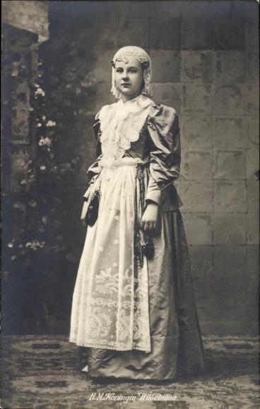 Ak HM Königin Wilhelmina der Niederlande, Standportrait, Spitzentuch