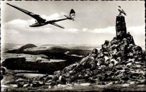 Ak Gersfeld in der Rhön in Hessen, Fliegerdenkmal auf der Wasserkuppe, Segelflugzeug