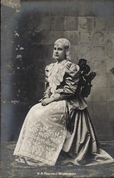 Ak Königin Wilhelmina der Niederlande, Sitzportrait, Spitzenhaube