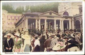 Ak Mariánské Lázně Marienbad Reg. Karlsbad, Partie am Kreuzbrunnen, Besucher