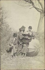 Foto Ak Zwei Frauen mi Hüten und zwei Männer, Sonnenschirm, Zylinder