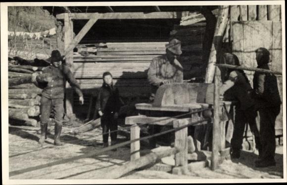 Foto Ak Sägewerk, Holz wird zugeschnitten, Arbeiter