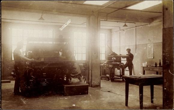 Foto Ak Werkstatt, Maschinen, Arbeiter