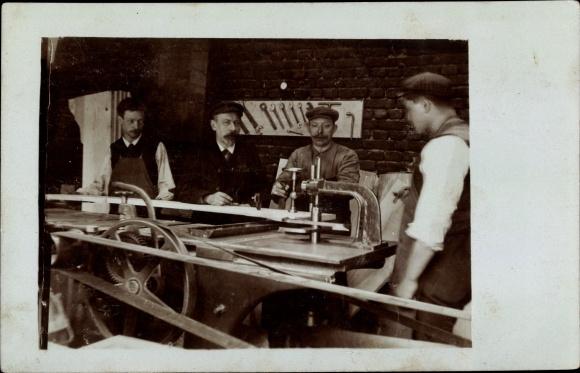 Foto Ak Metallwerkstatt, Arbeiter