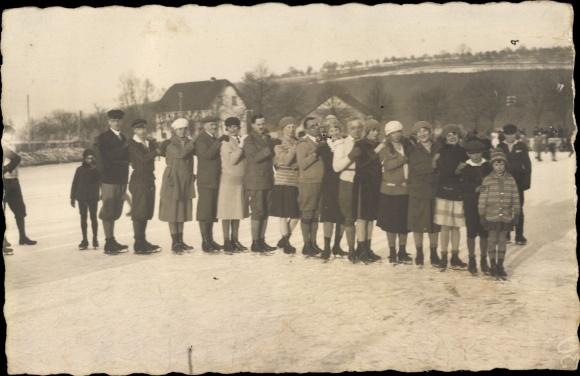 Foto Ak Eisläufergruppe auf Schlittschuhen, Februar 1929
