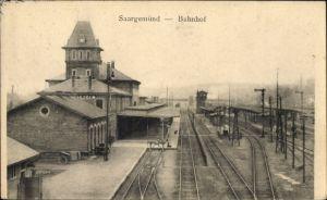 Ak Saargemünd Sarreguemines Moselle, Bahnhof von der Gleisseite, Bahnsteig