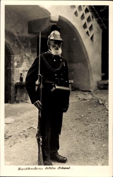 Ak Liechtensteins letzter Soldat, Uniform, Bajonett, Helm